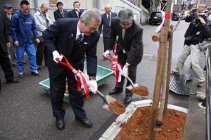 高田ロータリークラブ_儀明川川岸へコヒガン桜の植樹_1